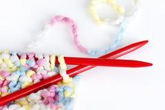 Pointeaux et tricotage de couleurs de chéri Photos stock