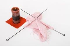 Pointeaux, filé et bougie de tricotage Photographie stock