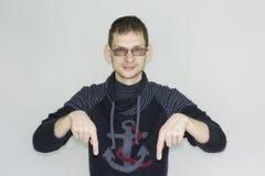 pointer Homme attirant avec des verres photos libres de droits