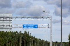 Pointer miasto Lomonosov nad autostrada obraz stock