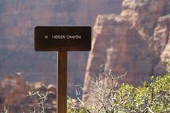 Pointer na nameplate Chowany jaru ślad w Zion parku narodowym, Utah obraz stock