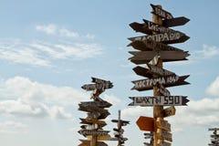Pointer odległości różni miasta i turysta na górze Ma Obrazy Stock