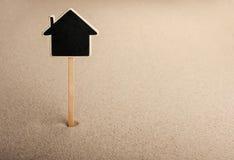 Pointer, reklamy wsiada w tworzy dom w piasku Fotografia Stock