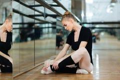 pointes的受伤的芭蕾舞女演员 图库摄影