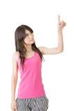 Pointin abbastanza asiatico della donna dei giovani immagini stock libere da diritti