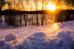 Points culminants de coucher du soleil d'hiver sur la neige Photographie stock