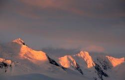 Points culminants de coucher du soleil sur les arêtes escarpées de montagne Photographie stock libre de droits