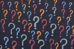 Points d'interrogation colorés sur un fond noir Photo libre de droits