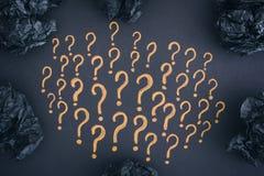 Points d'interrogation et boules de papier chiffonnées par noir Photos stock