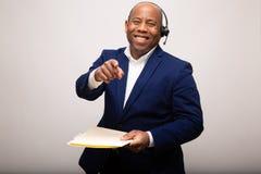 Points de Cheerfully Smiles And d'homme d'affaires d'afro-américain en avant photographie stock
