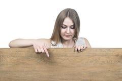Points de femme vers le bas à un conseil en bois images libres de droits
