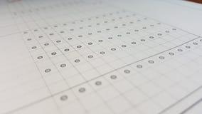 Points et tables imprimés sur le livre blanc Photos stock