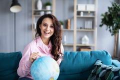 Points positifs de femme à la destination sur le globe Concept de déplacement photos stock