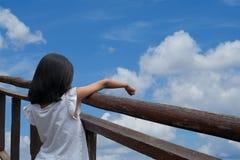 Pointtingswolken op de blauwe hemel royalty-vrije stock foto