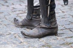 pointy middeleeuwse schoenen stock foto's