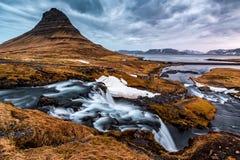 Pointy zet Kirkjufell-wachten over de waterval Kirkjufellsfos op royalty-vrije stock fotografie