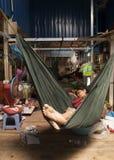 Poipet/Камбоджа - 01 22 2014: Хранитель стойла принимает ворсину на рынок Стоковая Фотография