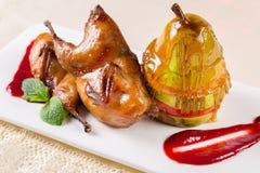 Poire avec du miel Dessert savoureux avec du miel et la poire sur l'étiquette en bois image libre de droits