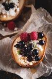 Poire cuite au four avec le fromage de miel et blanc, les framboises et les groseilles Dessert fait maison frais Composition en n photo stock