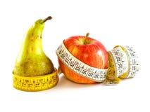 Poire et pomme avec la mesure de bande image libre de droits