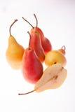 Poire fraîche, lumineuse, juteuse sur un fond rougeoyant blanc Photographie stock