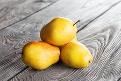 Poire mûre jaune sur une table photos stock