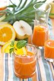 Poire, raccord en caoutchouc et smoothie orange Photographie stock libre de droits