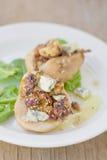 Poires cuites au four avec du fromage bleu et la salade Photographie stock libre de droits