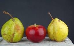 Poires et pomme rouge images stock