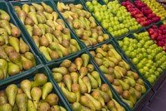 Poires et pommes de partie supérieure du comptoir Photos libres de droits