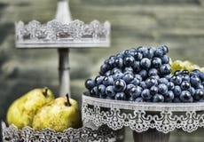 Poires et raisin sur un bois foncé Image libre de droits
