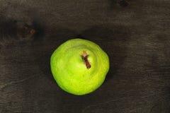 poires fraîches à l'arrière-plan en bois noir Photo stock