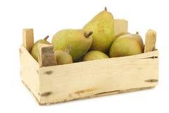 Poires fraîches de doyenne de comice dans une caisse en bois Photographie stock libre de droits