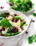 Poires fraîches, salade de fromage bleu avec le mélange vert végétal, noix, canneberge Nourriture saine Image libre de droits