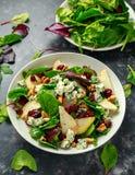 Poires fraîches, salade de fromage bleu avec le mélange vert végétal, noix, canneberge Nourriture saine Photo stock