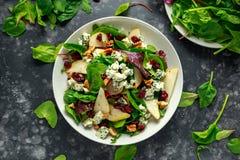 Poires fraîches, salade de fromage bleu avec le mélange vert végétal, noix, canneberge Nourriture saine Photo libre de droits