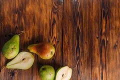 Poires fraîches sur le fond en bois Photographie stock libre de droits