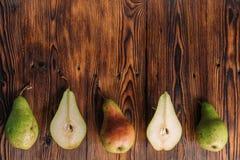 Poires fraîches sur le fond en bois Photographie stock