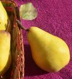 Poires jaunes dans un panier Photographie stock libre de droits