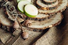 Poires juteuses sur un fond en bois Photo libre de droits