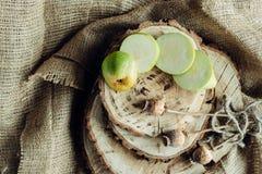Poires juteuses sur un fond en bois Photos stock