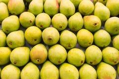 Poires mûres vertes sur un marché Image stock