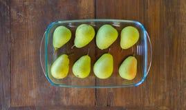 Poires parfaitement mûres dans un plat de cuisson Photographie stock libre de droits