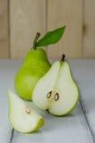 1 1/2 poires vertes Photo libre de droits