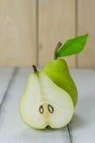 1 1/2 poires vertes Photographie stock libre de droits