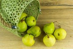 Poires vertes dans un panier Photo libre de droits