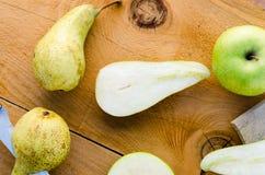 Poires vertes douces fraîches avec des pommes sur la table en bois Photographie stock libre de droits