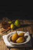 Poires vitrées en thé et cannelle Photographie stock libre de droits