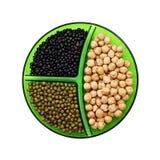 Pois chiche, fèves de mung et lentilles noires d'isolement sur le backgro blanc Image stock
