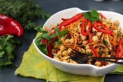 Pois chiche sain, carotte coréenne, poivron doux et salade d'oignon décorés du sésame noir photos stock